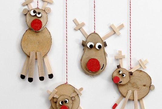 De Kerstman heeft 9 rendieren. Ze heten Dasher, Dancer, Prancer, Vixen, Comet, Cupid, Donder, Blitzen en natuulijk Rudolph. Rudolph is toch wel de bekendste. Hij is te herkennen aan zijn helderrode neus. Vandaag kun je je eigen rendier komen knutselen in het Kersthuis.